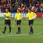 Árbitro durante un partido de fútbol